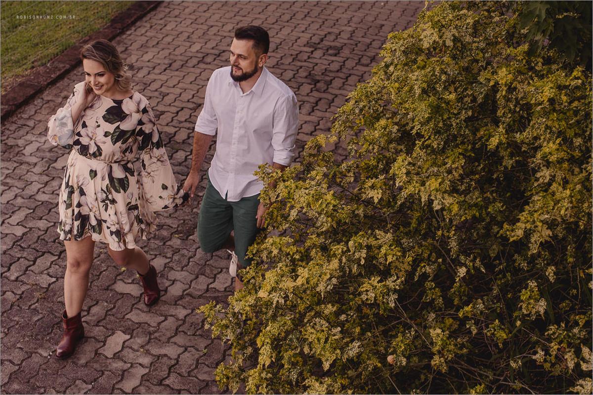 casal caminhando no patio da pousada janela do vale