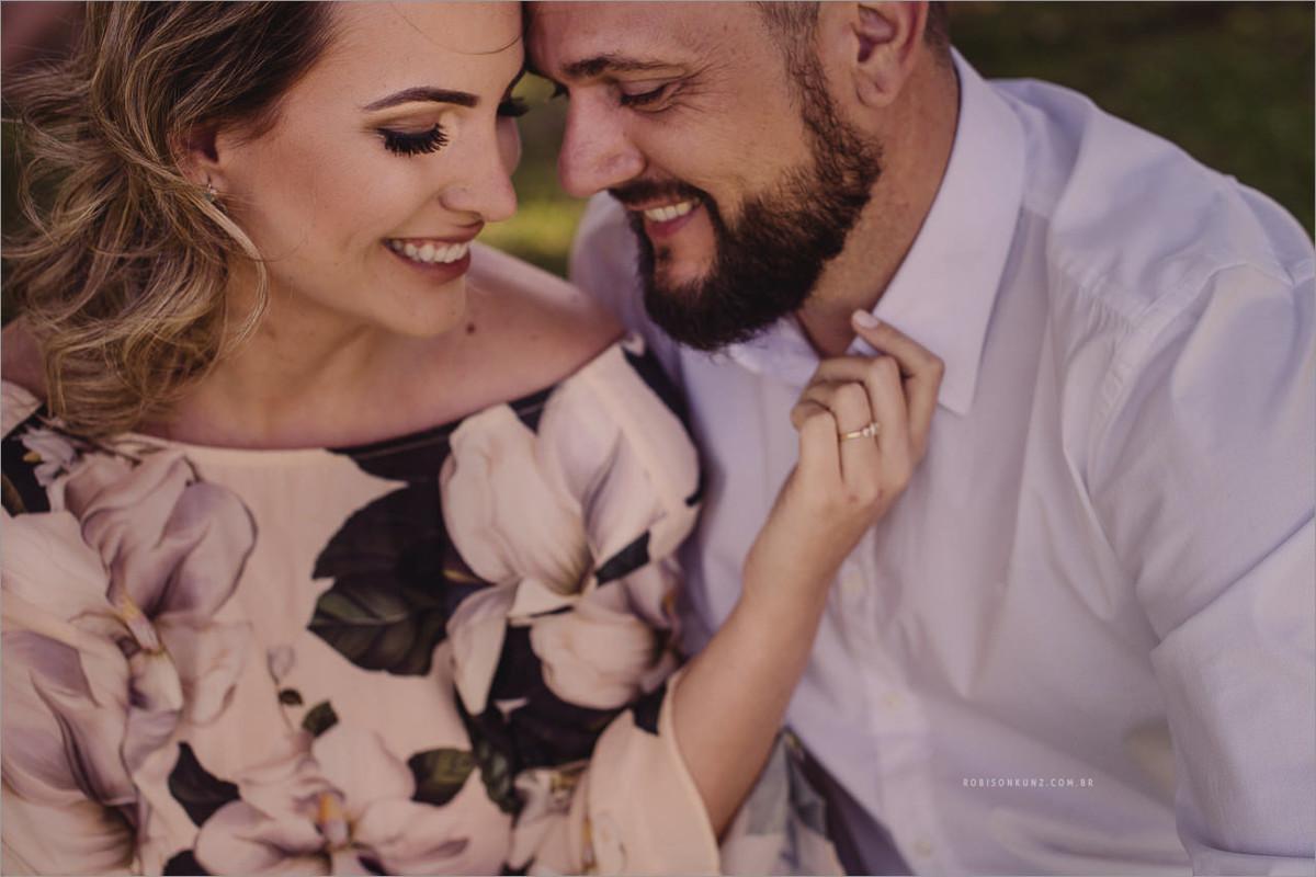 foto de casal sorrindo antes do casamento