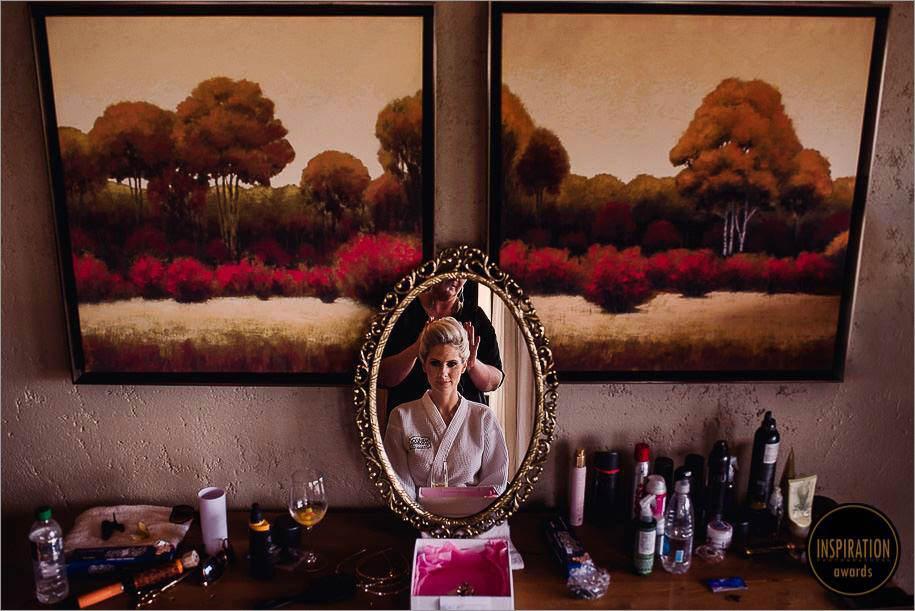 noiva sendo finalizada no espelho