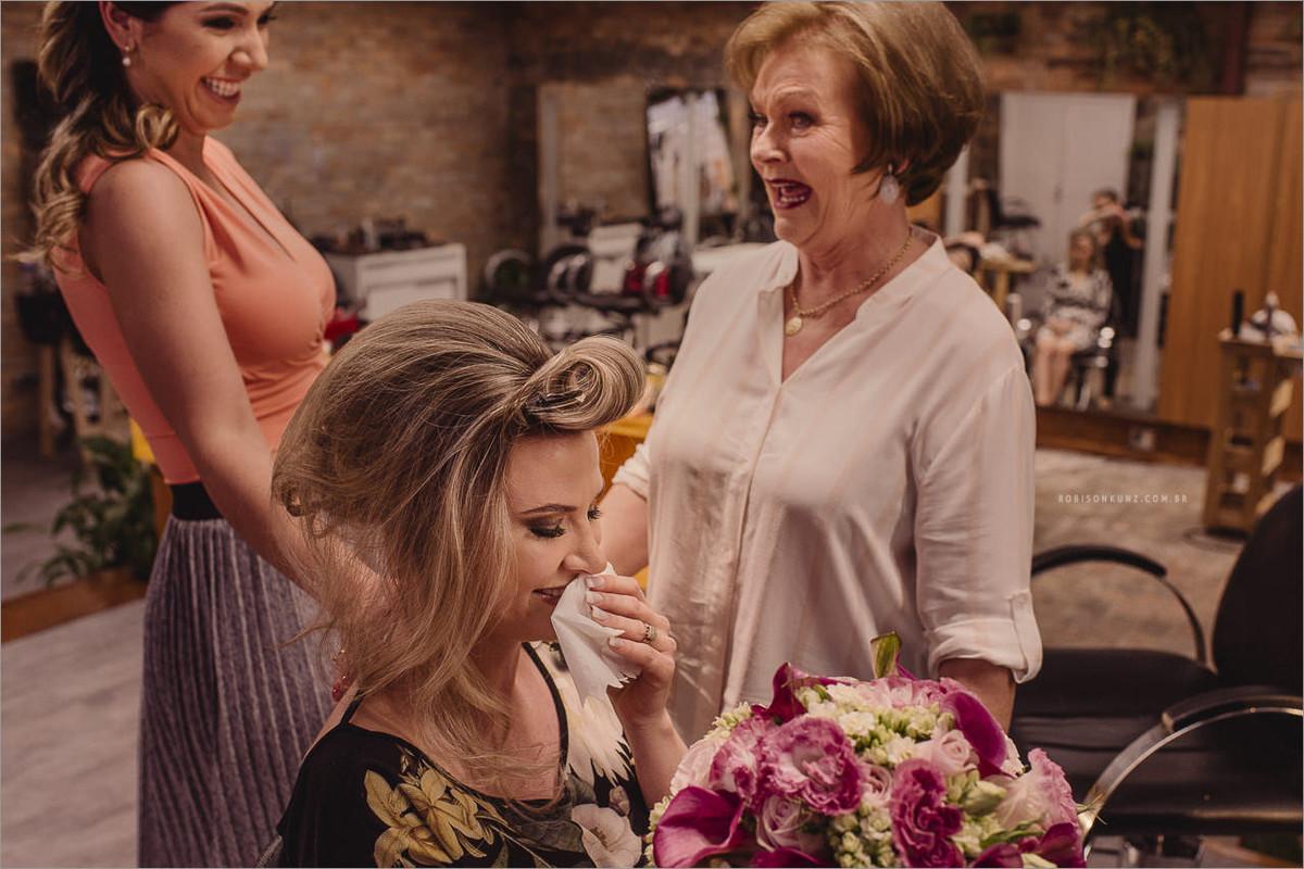 noiva e mãe emocionadas