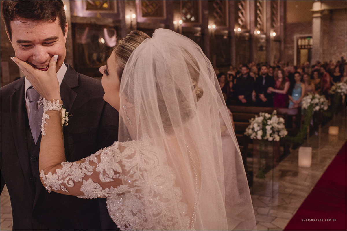 noiva limpando a boca do noivo depois do beijo
