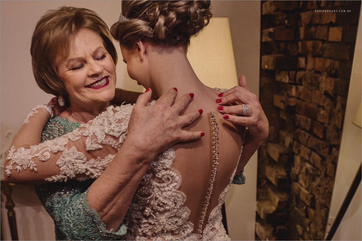 noiva abraçando a mae