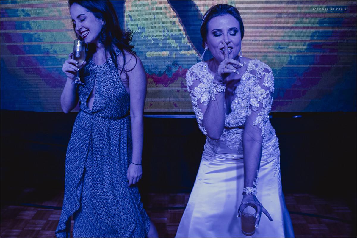noiva e amiga dançando