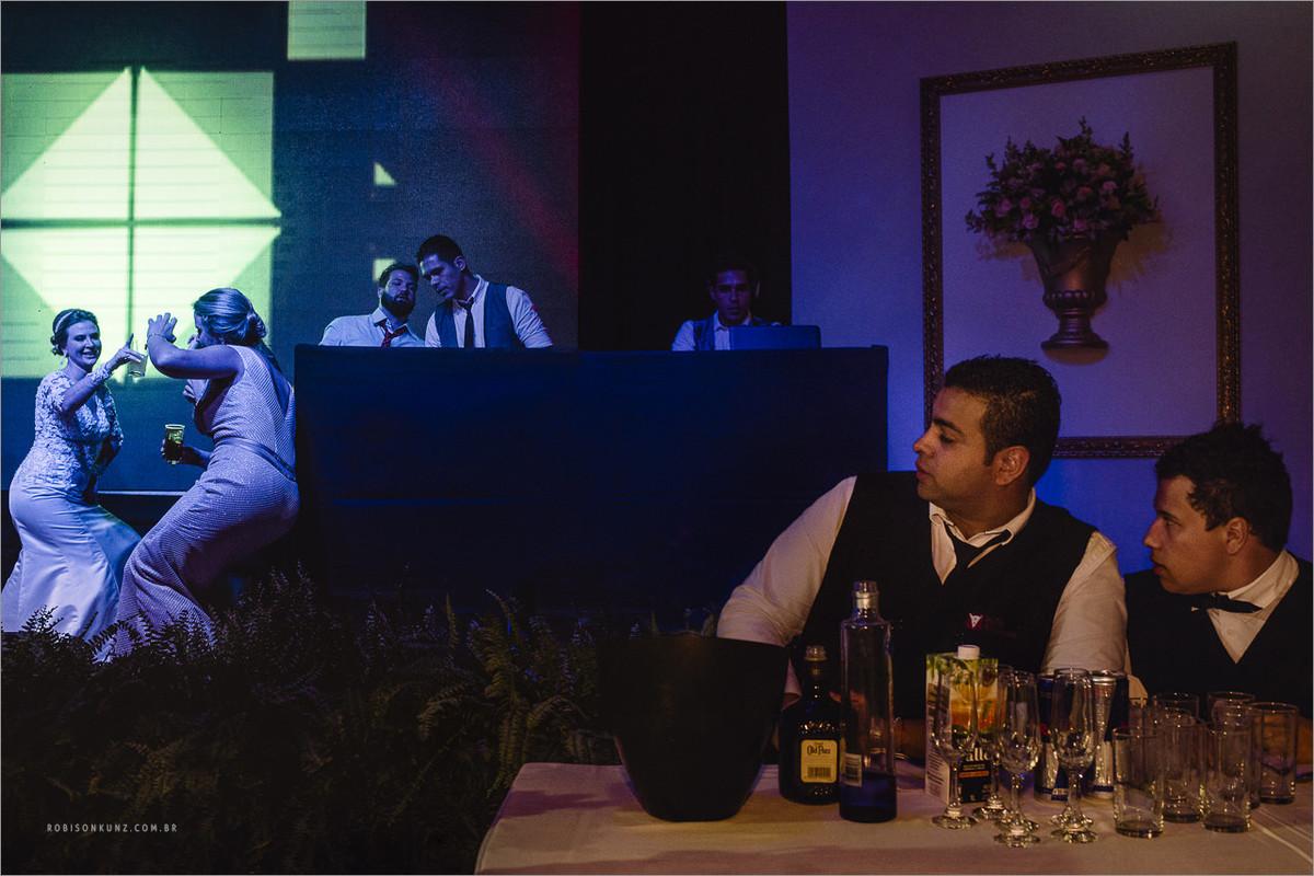 garçons olhando a festa de casamento