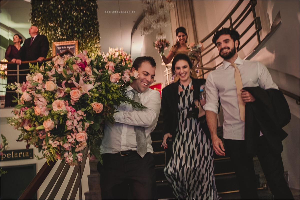 convidados levando flores do casamento