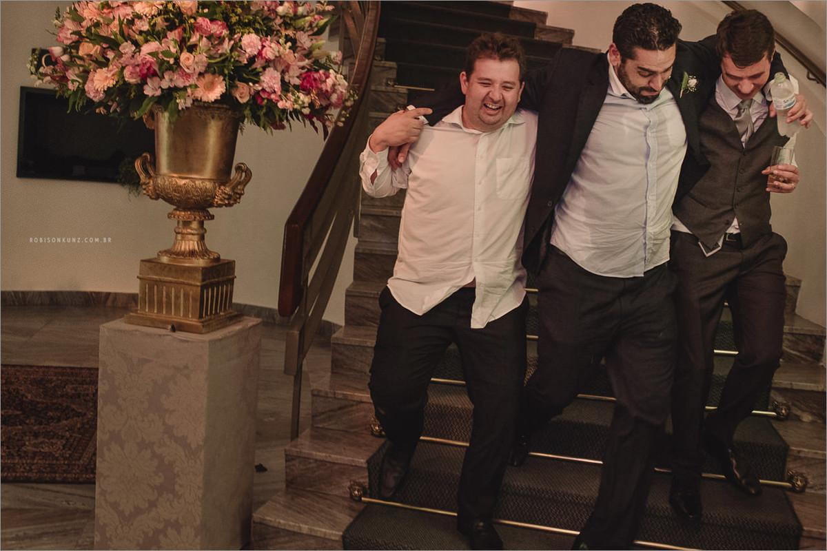 noivo ajudando os amigos no final do casamento