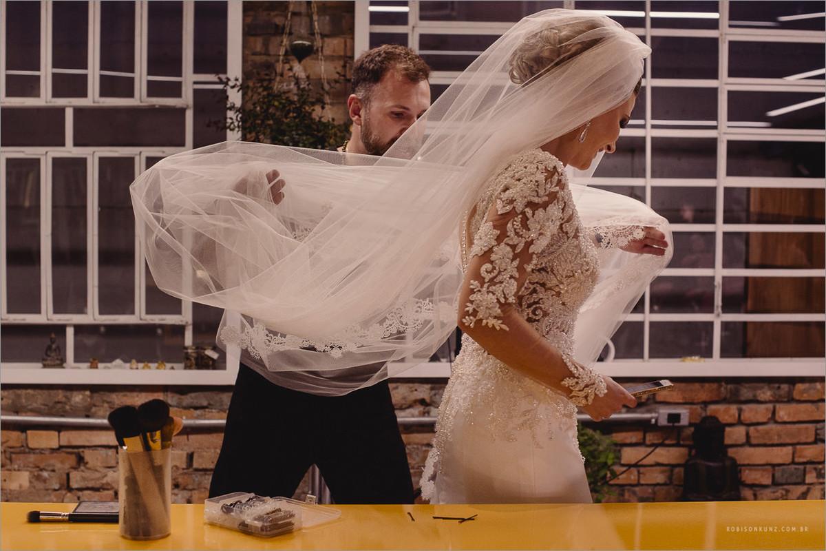 noiva colocando o véu