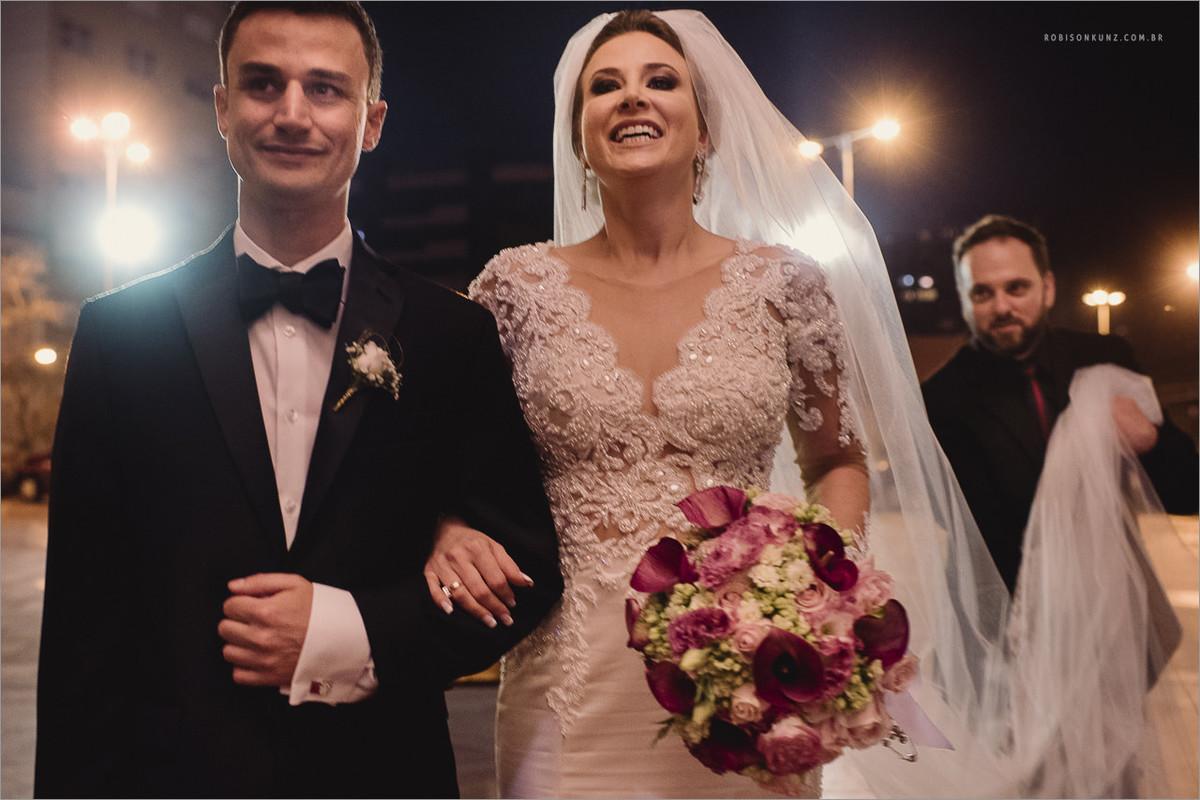 noiva e irmão prontos para entrar na igreja
