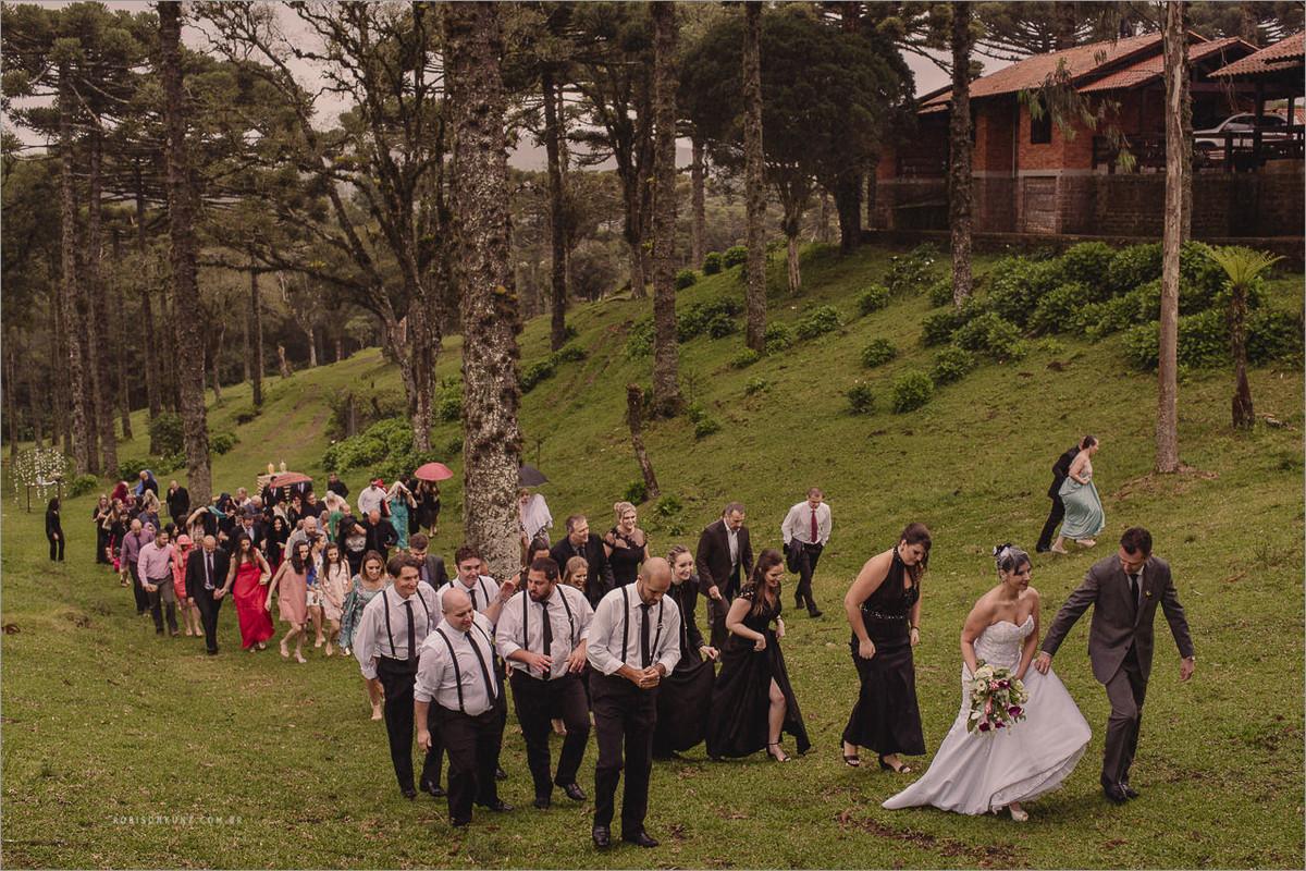 casamento no campo com chuva