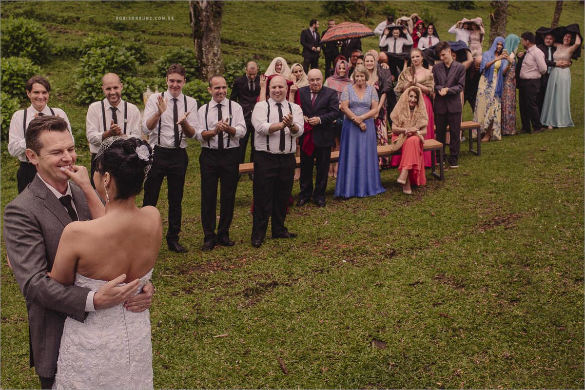 beijo dos noivos no campo