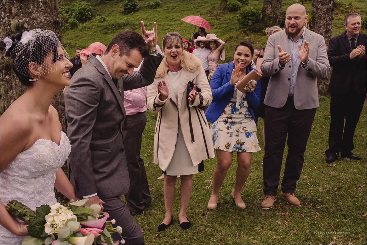 saida do noivos com chuva