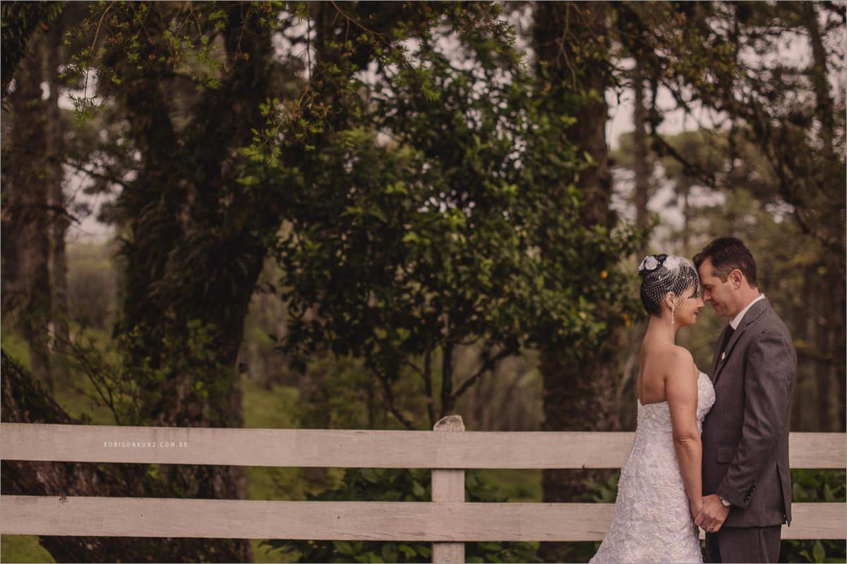ensaio dos noivos no campo