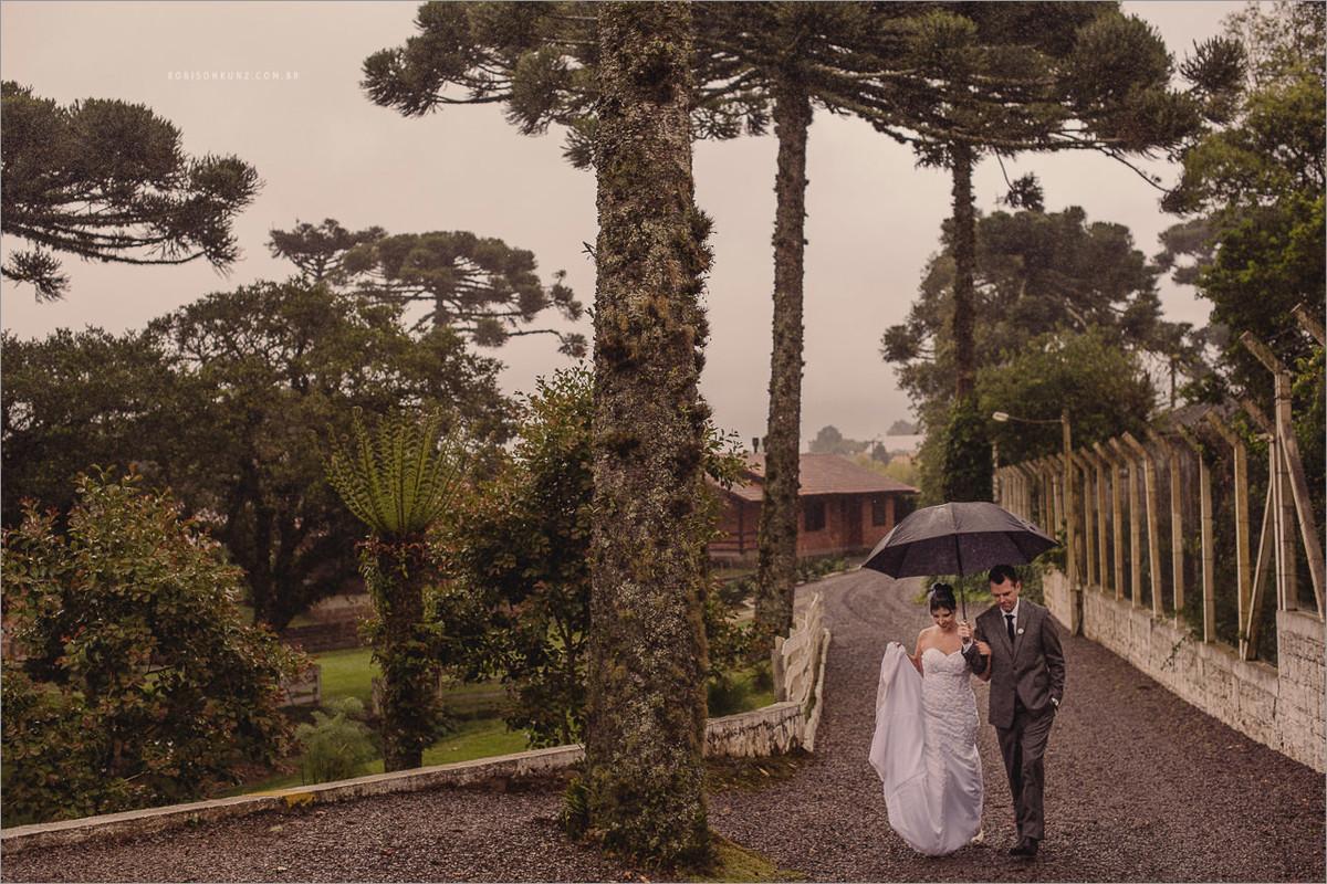 noivos caminhando na chuva