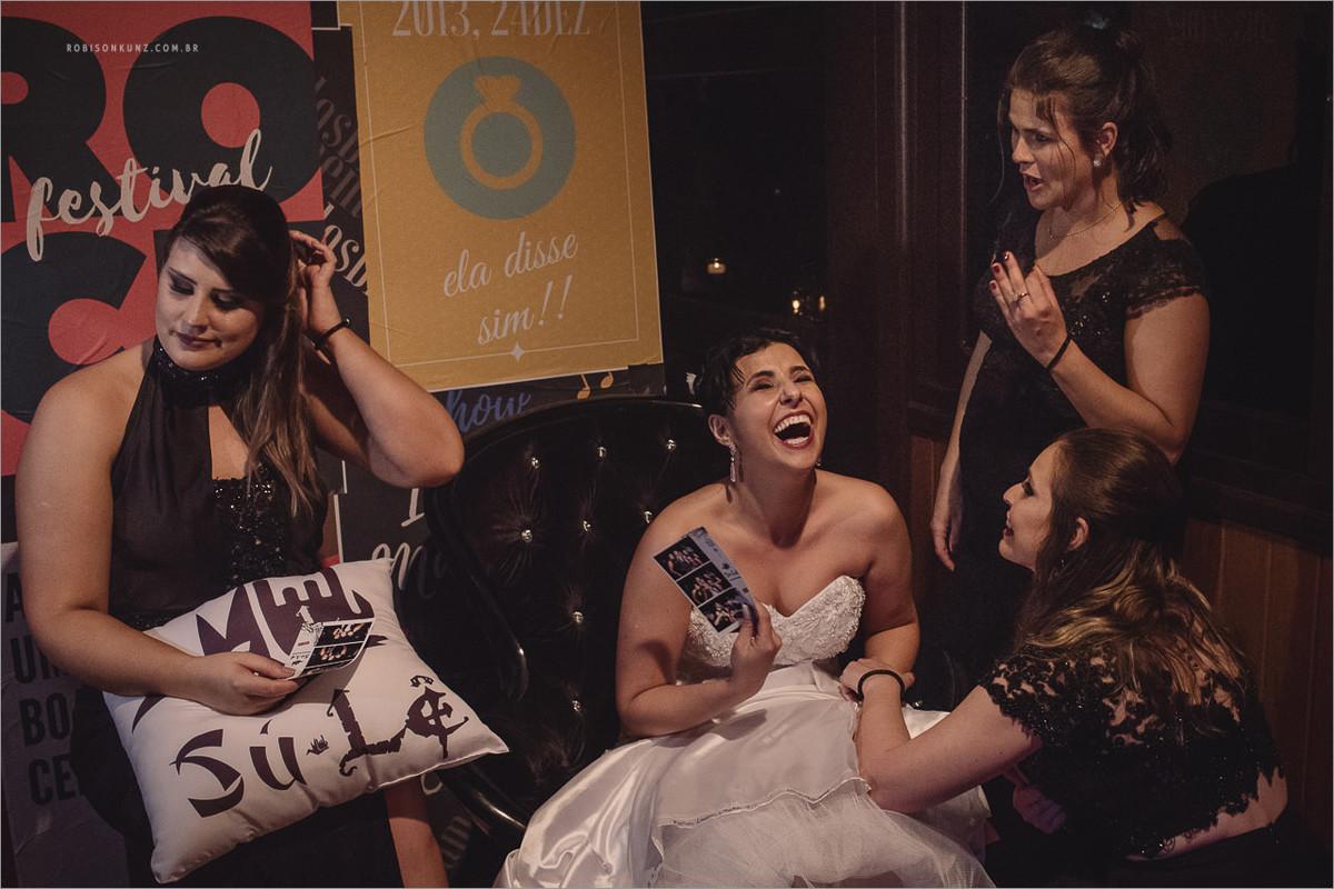 noiva e madrinhas no final da festa