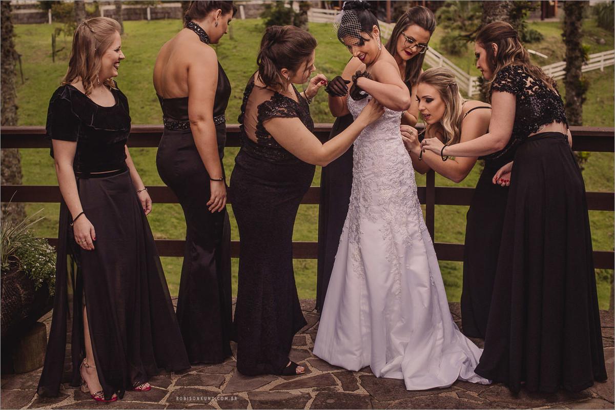 madrinhas arrumando a noiva