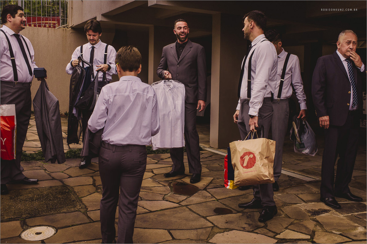 noivo e padrinhos antes do casamento