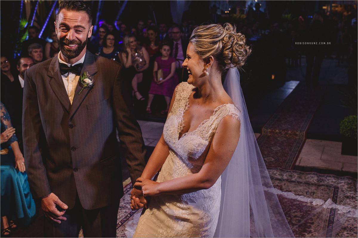 noivos sorrindo durante a cerimonia