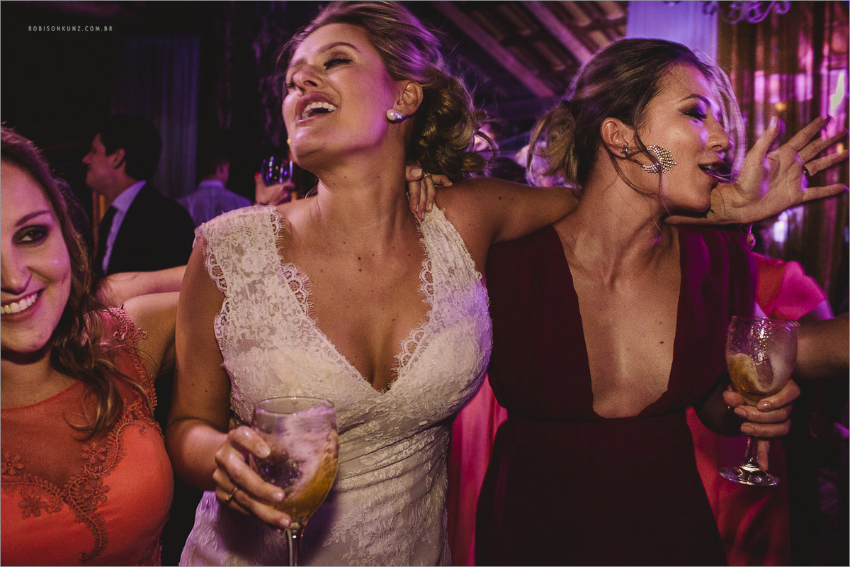 noiva e madrinhas dançando