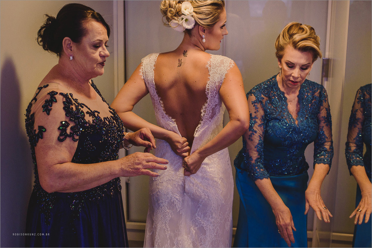 mae e sogra vestindo a noiva
