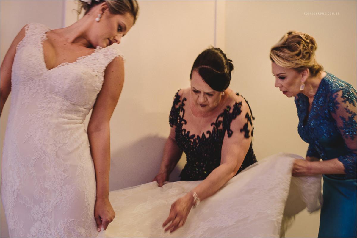 mae e sogra vestindo a noiva na suite