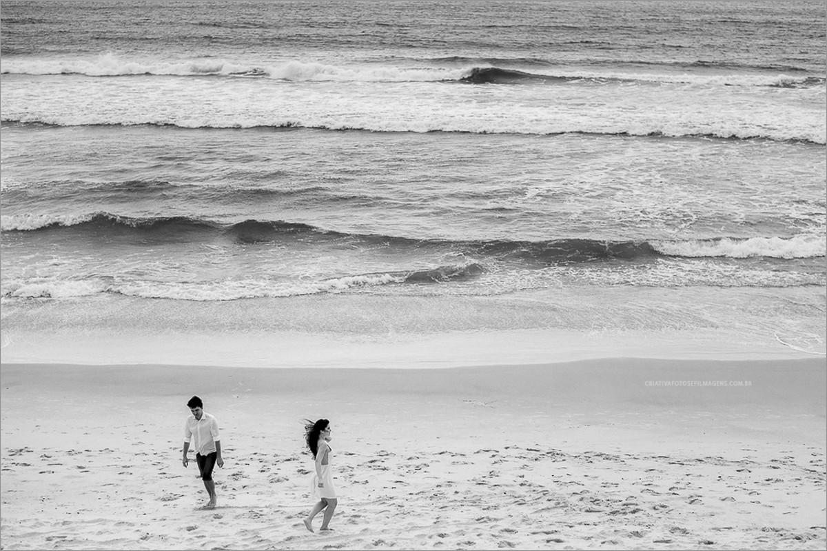 caroline-e-ramon-pré-casamento-praia-do-rosa-fotos-rosa-norte-fotos-rosa-sul-ensiao-de-noivos-fotos-de-casal-praia-do-rosa-nh-novo-hamburgo-fotos-casal-na-praia-robison-kunz-fotos-diferentes-noivos-casamento-praia-do-rosa