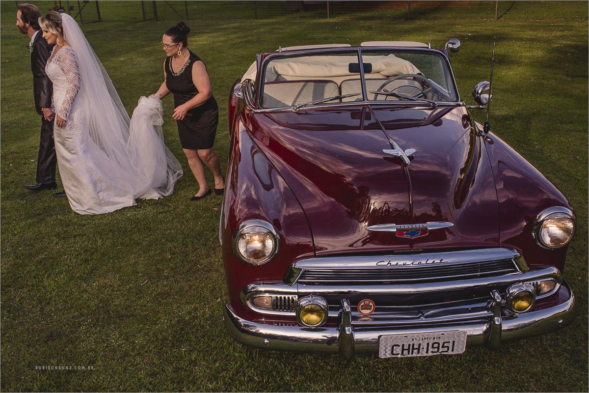 noiva chegando de carro antigo