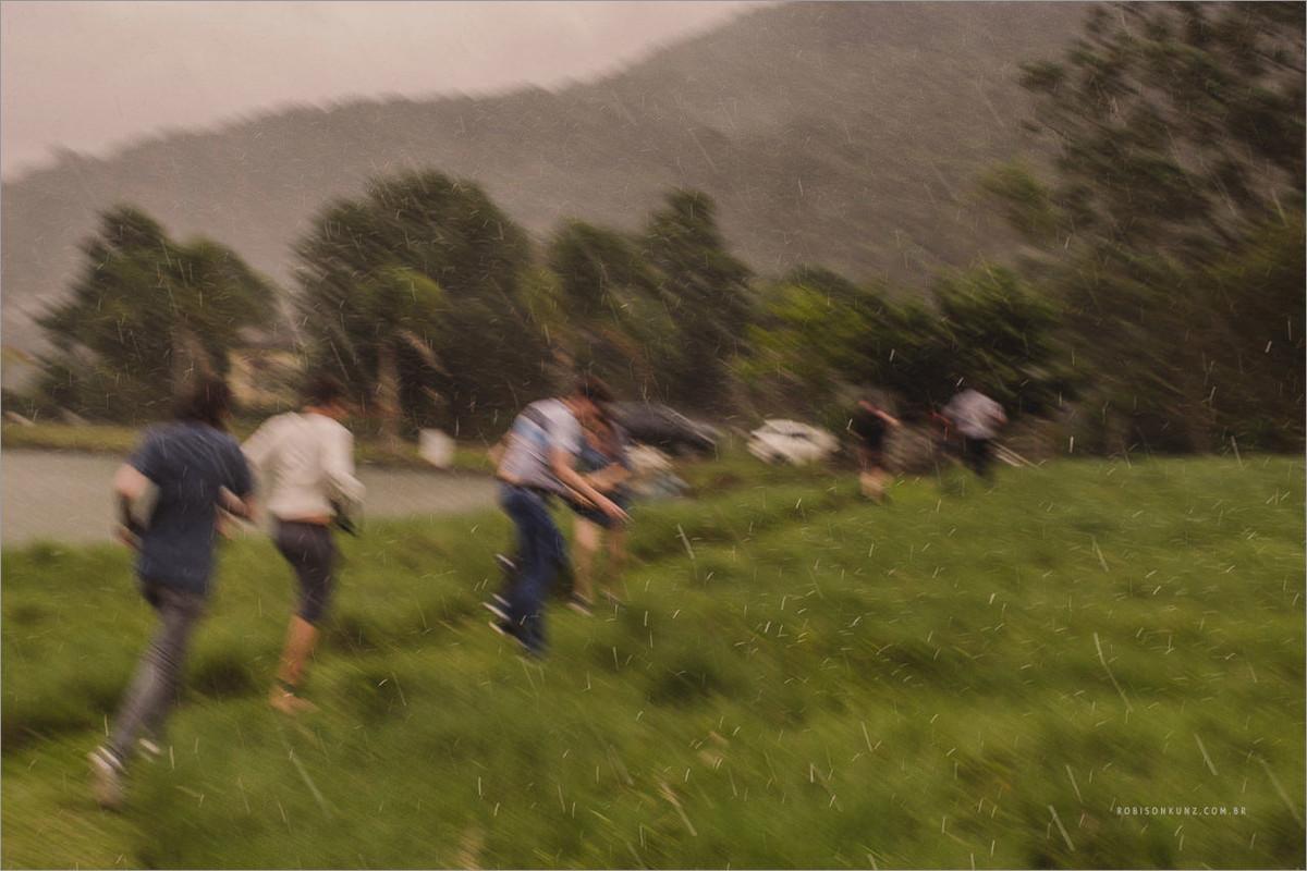 fotógrafos correndo na chuva