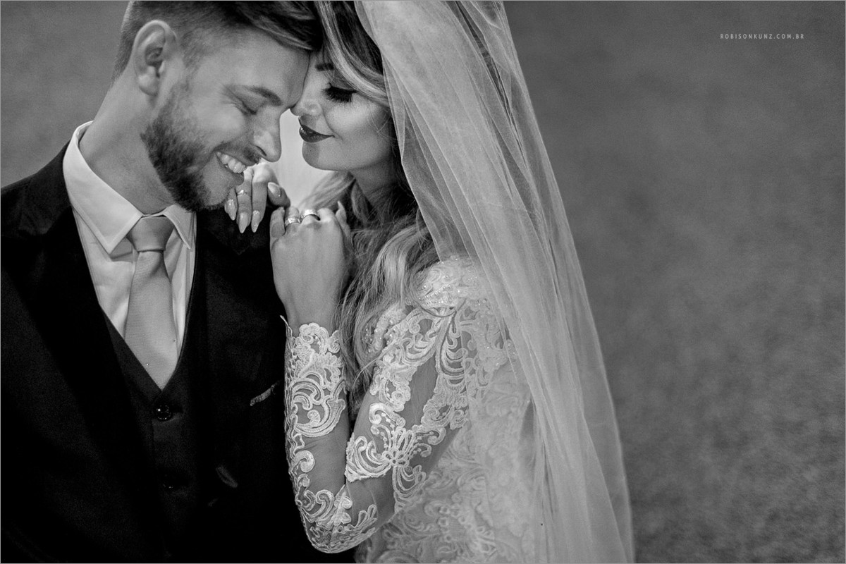 foto dos noivos durante o casamento