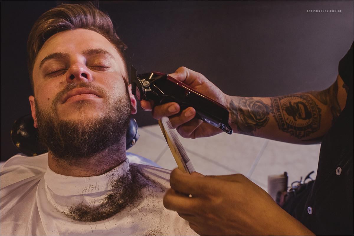 noivo tirando a barba para o casamento