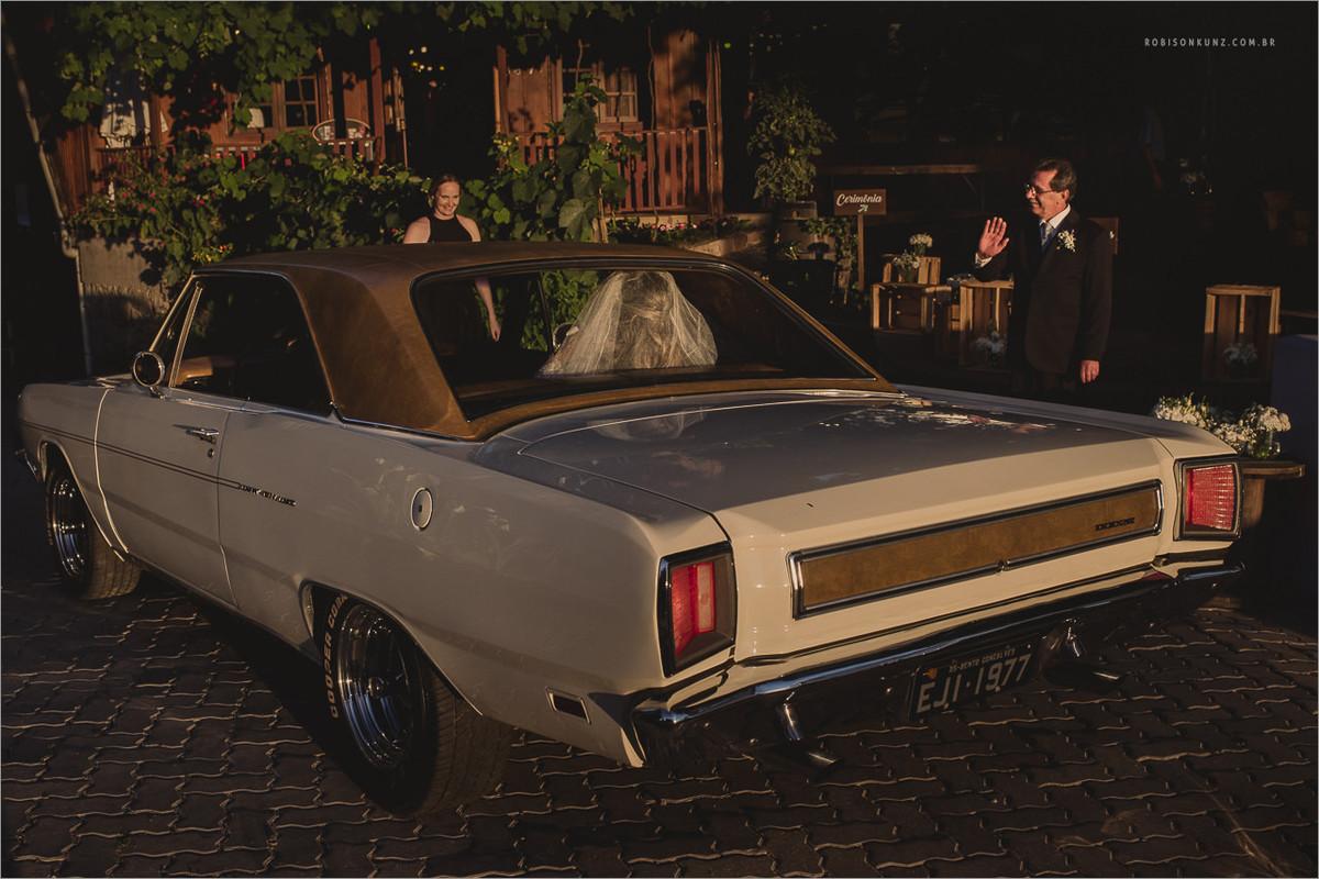 noiva chegando com carro antigo