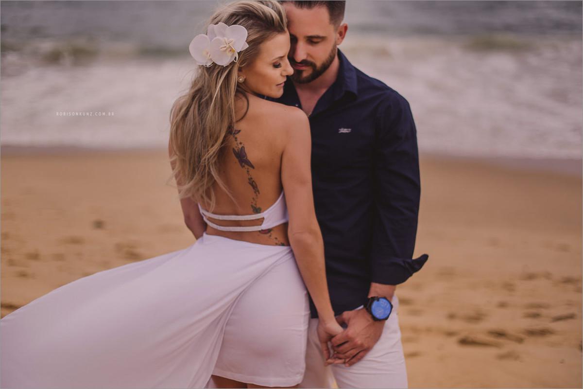 ensaio de noivos antes do casamento na praia