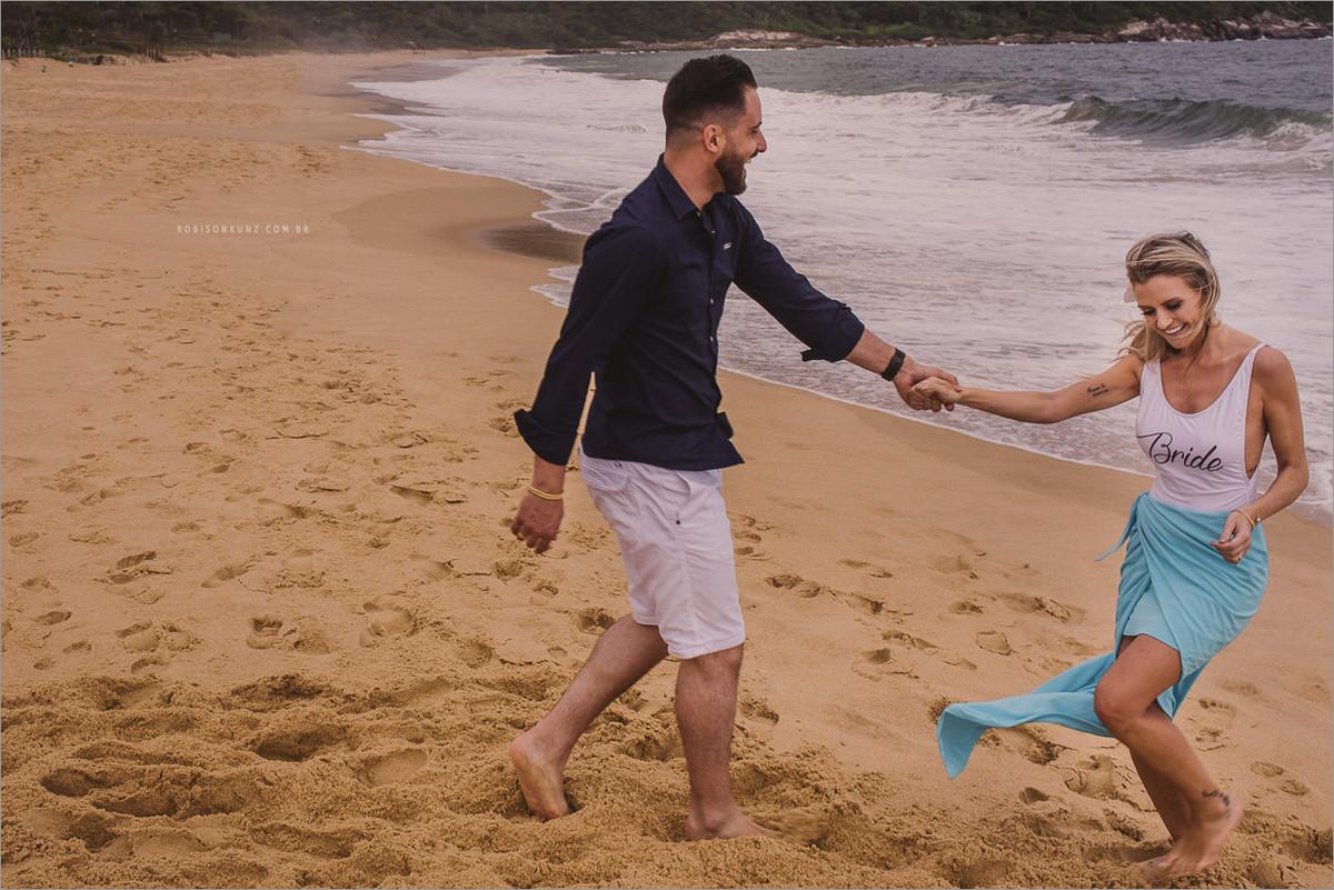 casal correndo na beira da praia