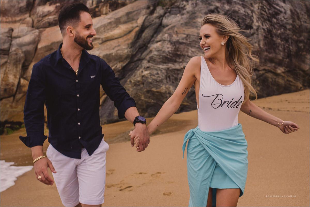 noivos correndo na praia do estaleirinho