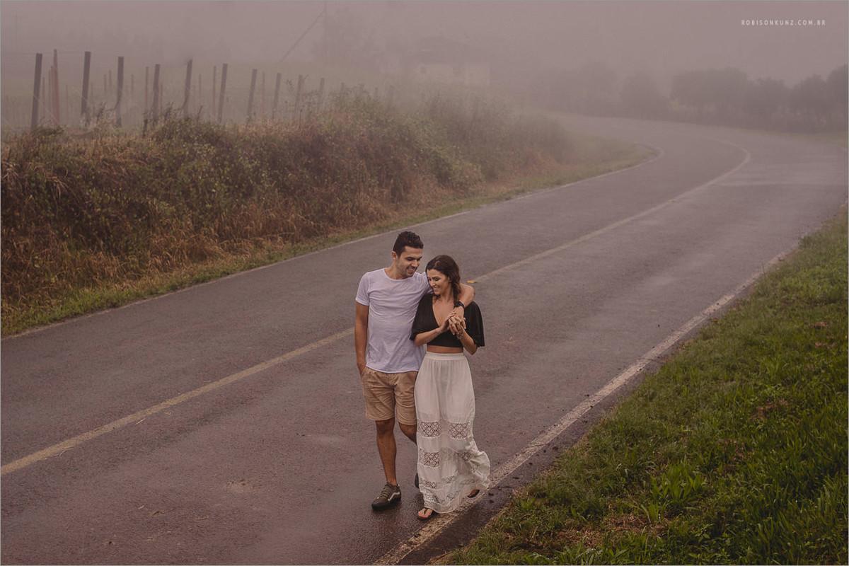 ensaio de casal caminhando na chuva