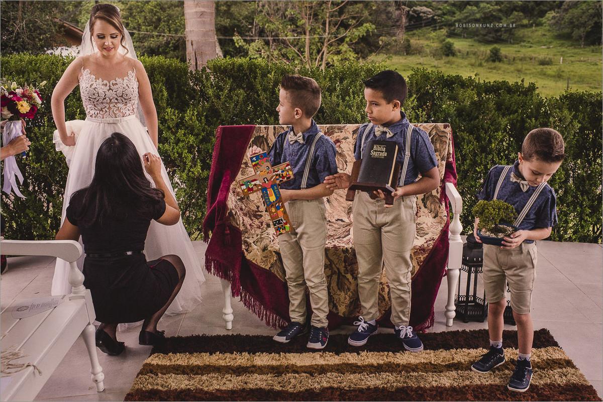 crianças na entrada da noiva