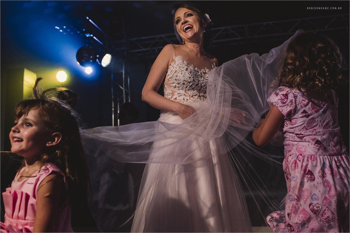noiva e crianças dançando