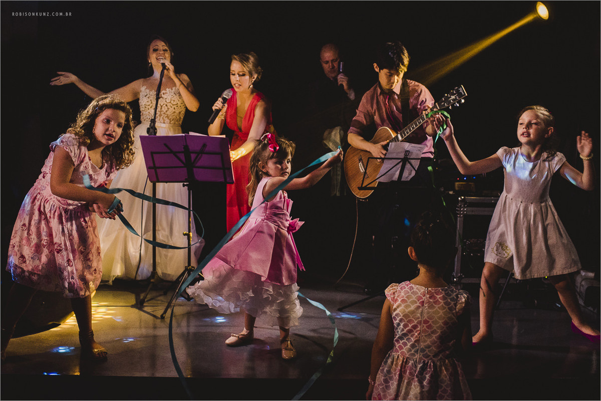 criança e noiva no palco
