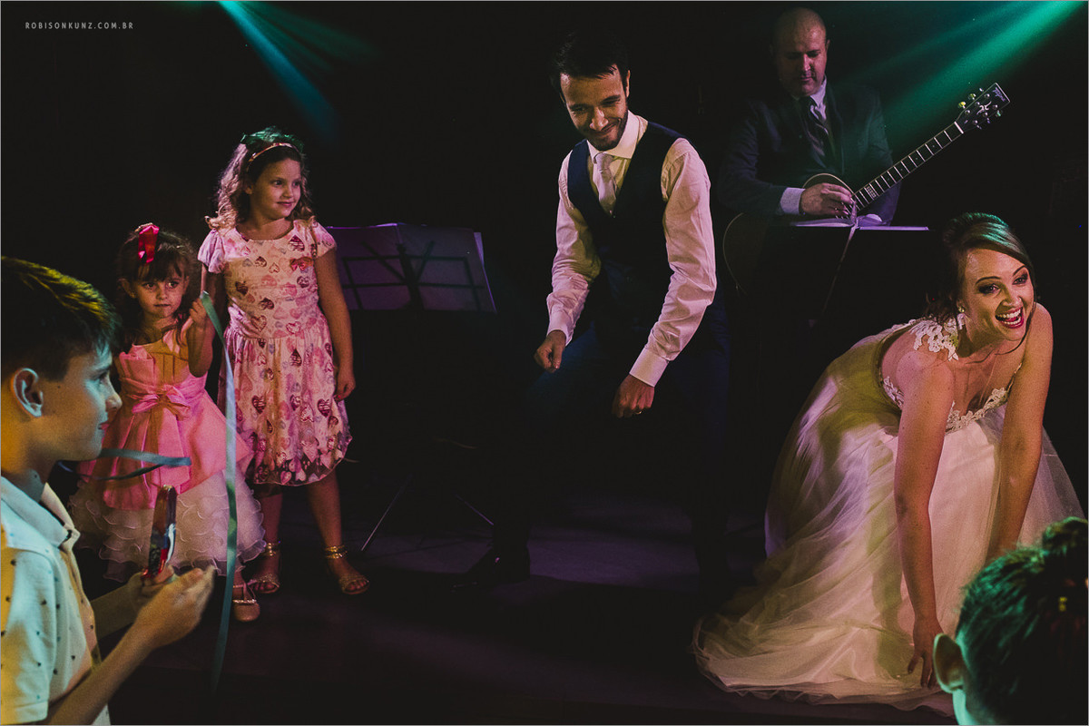 noivos dançando no palco