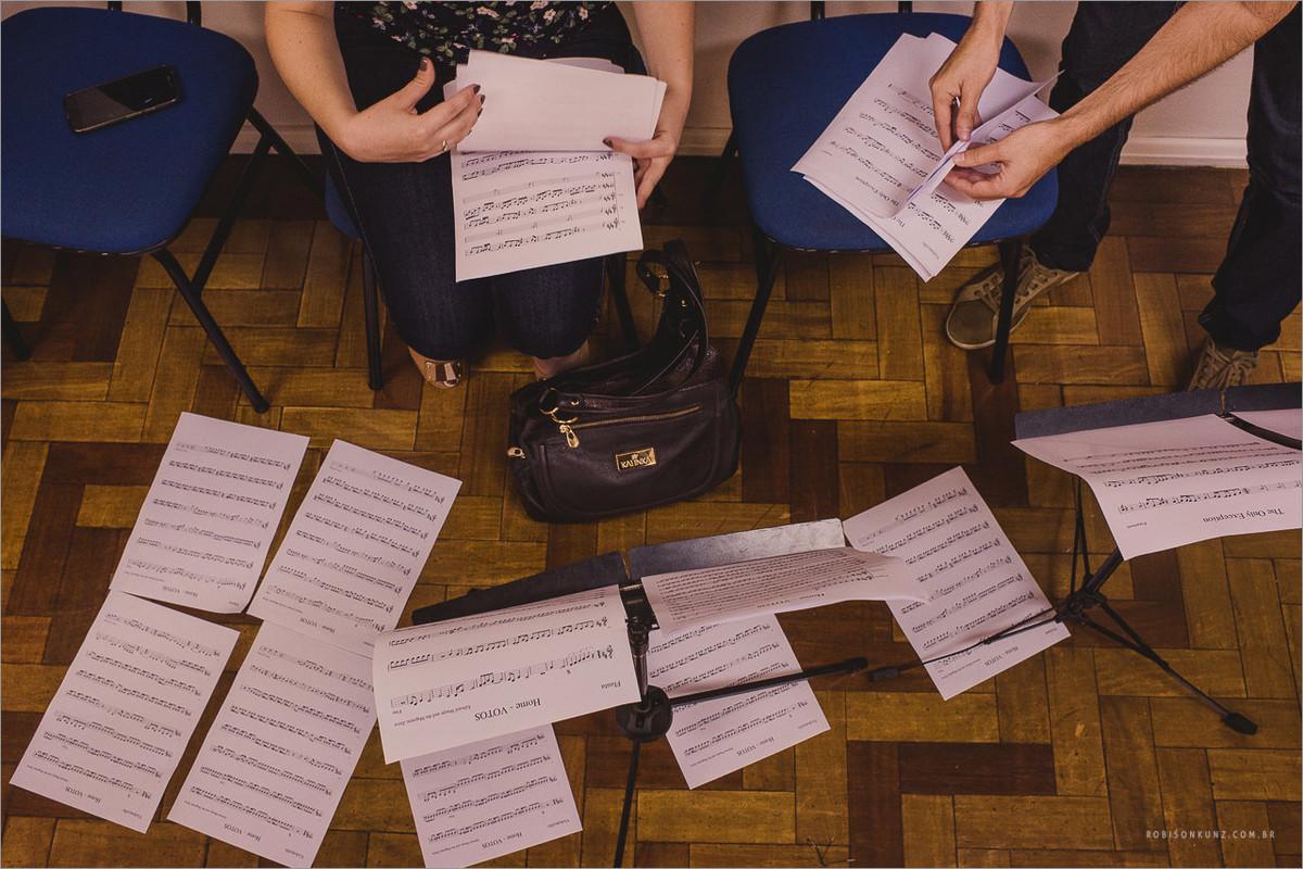 noivos ensaiando as musicas antes do casamento