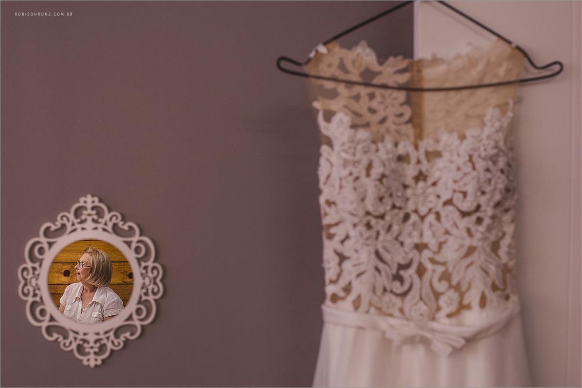 vestido da noiva e a mãe no reflexo