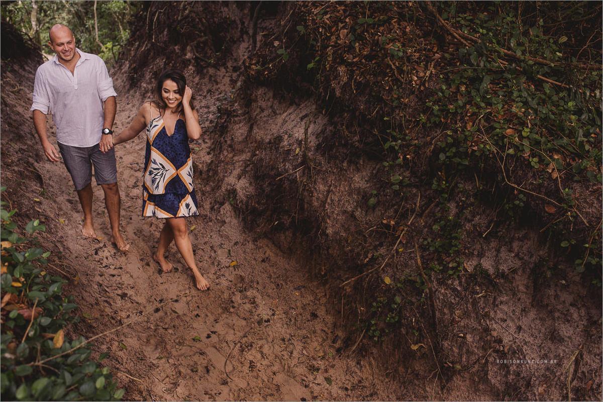 foto de casal na trilha para a praia