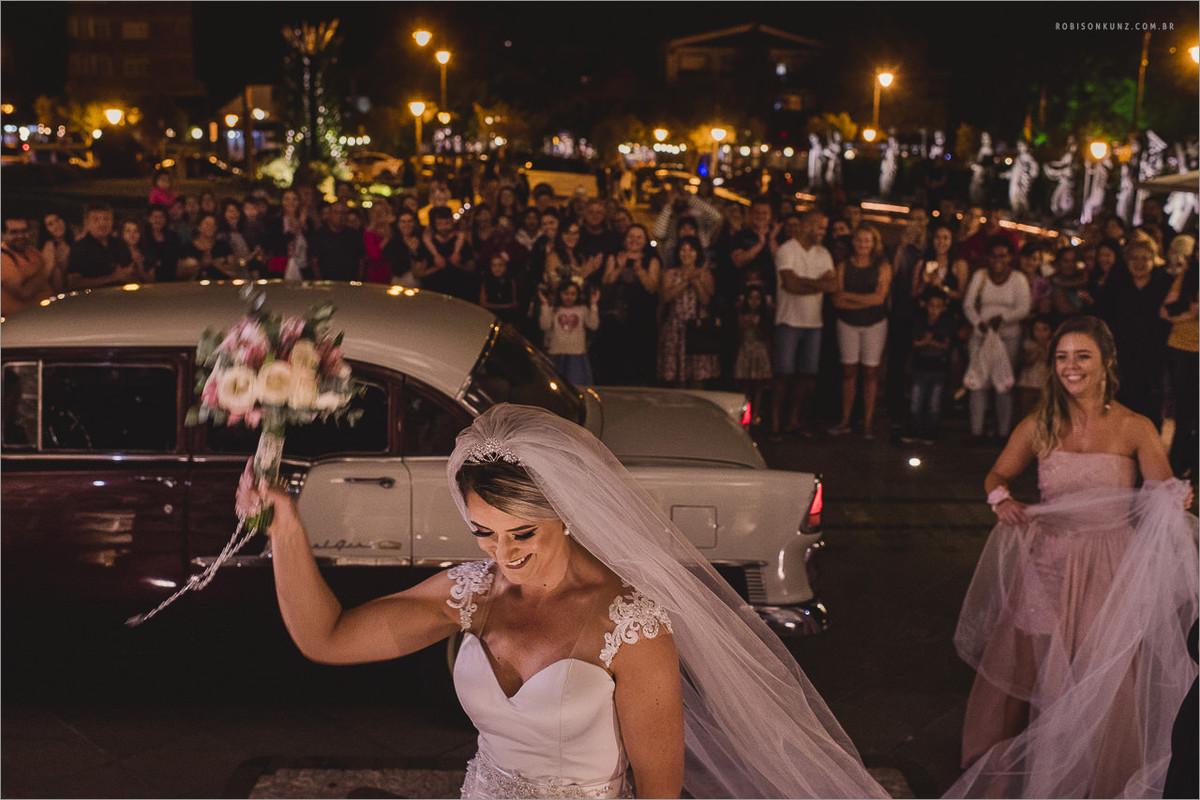 noiva na frente da igreja de gramado
