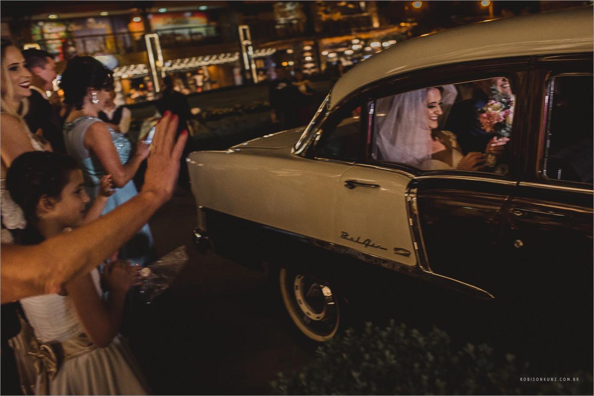 saida dos noivos com carro antigo