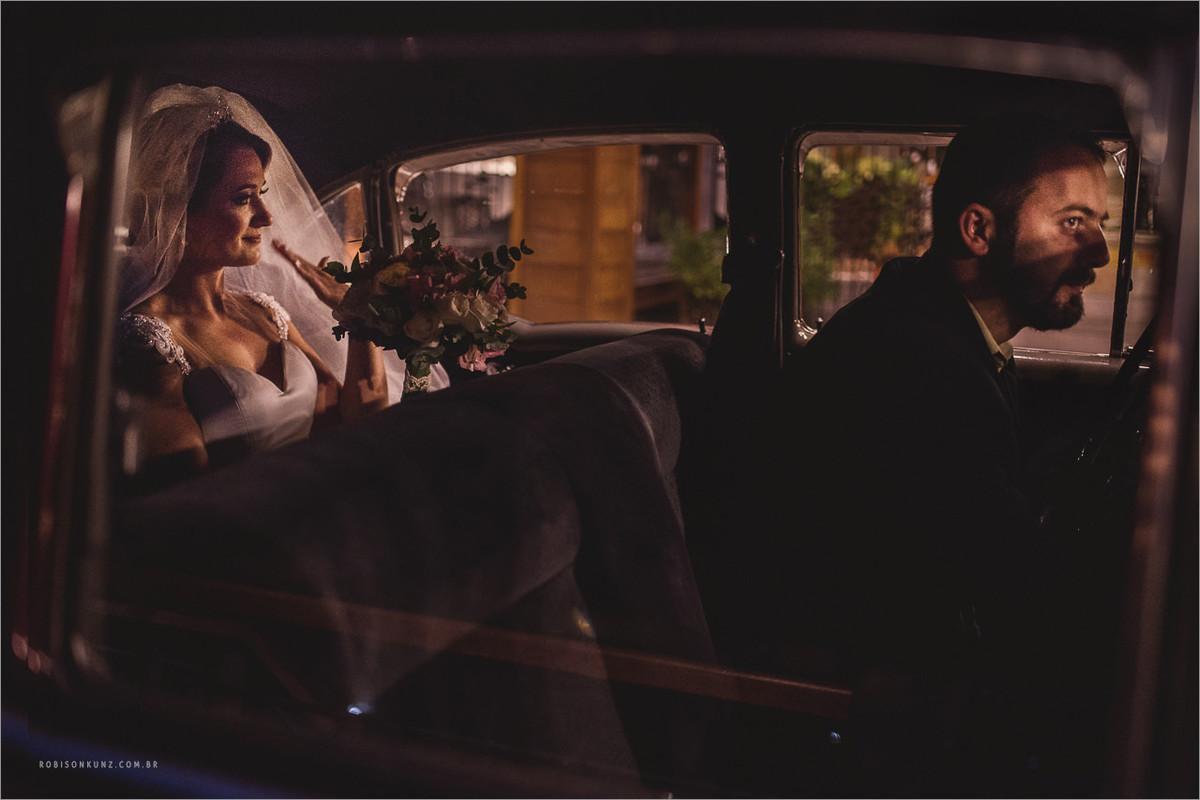 noiva emocionada no carro