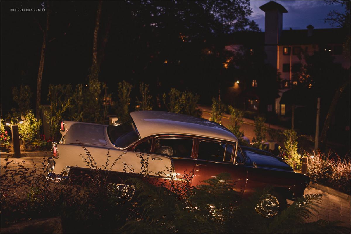 carro antigo levando a noiva