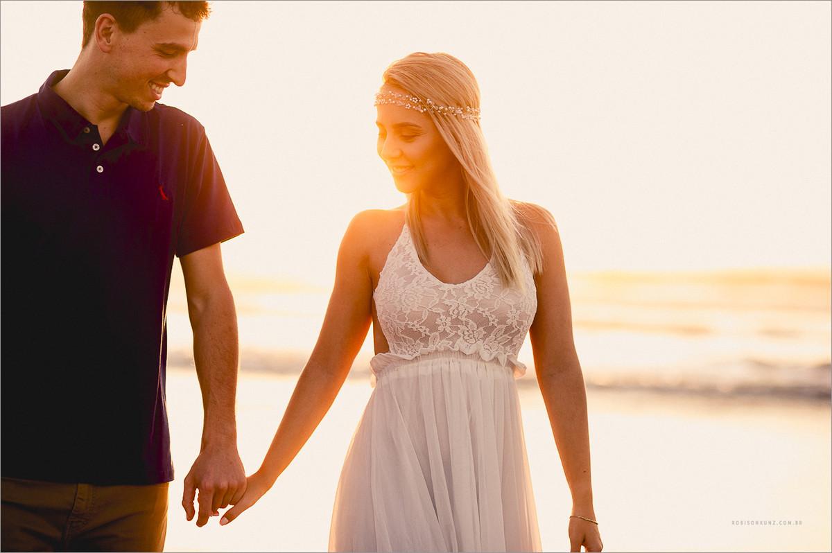 fotos de noivos no por do sol na praia