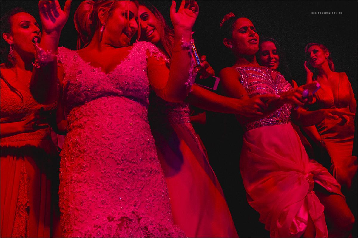 noiva e madrinhas no palco junto com a banda
