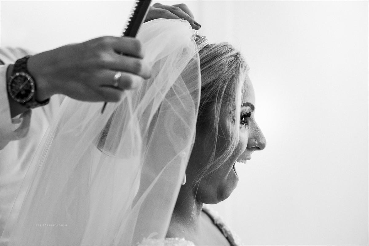 noiva feliz colocando o véu