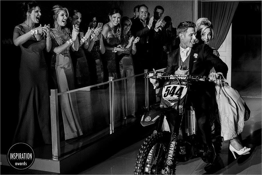 noivos entrando de moto na festa