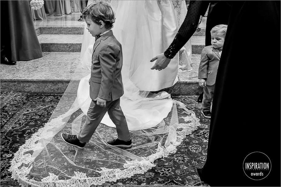 pagem passando encima do vestido da noiva